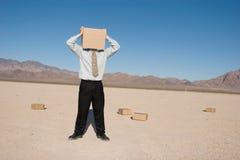 Uomo con una casella fotografia stock