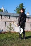 Uomo con una chitarra nel campo Immagine Stock Libera da Diritti