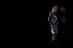 Uomo con una maschera antigas Fotografie Stock Libere da Diritti