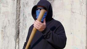 Uomo con una mazza da baseball sulla vecchia parete archivi video