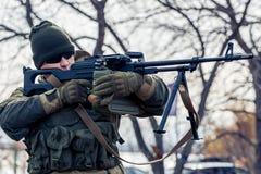 Uomo con una mitragliatrice Immagini Stock Libere da Diritti
