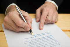 Uomo con una penna stilografica Fotografia Stock Libera da Diritti