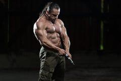 Uomo con una pistola Immagini Stock