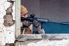 Uomo con una pistola nella finestra Fotografie Stock