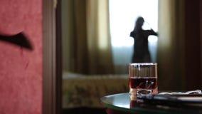 Uomo con una porta stending del nere dell'ascia, ragazza araba molto impaurita Scena del crimine con violenza domestica il marito stock footage
