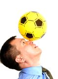 Uomo con una sfera sul suo radiatore anteriore Fotografia Stock Libera da Diritti