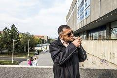 Uomo con una sigaretta Immagine Stock
