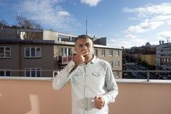 Uomo con una sigaretta Fotografia Stock