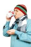 Uomo con una tazza di tè. fotografie stock libere da diritti