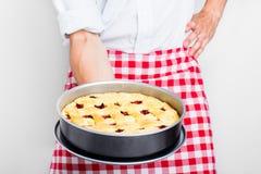 Uomo con una torta al forno Fotografia Stock