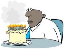 Uomo con una torta di compleanno di fumo Fotografia Stock Libera da Diritti