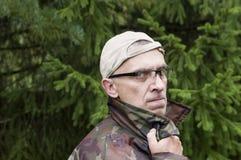 Uomo con uno sguardo fisso serio Fotografia Stock Libera da Diritti