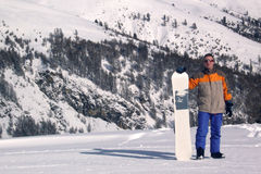 Uomo con uno snowboard Fotografia Stock