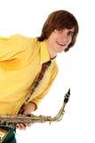 Uomo con uno strumento musicale del sax immagine stock