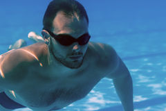 Uomo con uomo della barba della piscina subacquea della barba il giovane con i vetri subacquei Immagini Stock Libere da Diritti