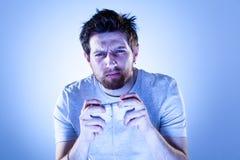 Uomo concentrato con Gamepad Immagine Stock