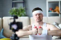 Uomo concentrato facendo uso della testa di legno per fare esercizio immagini stock libere da diritti