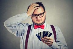 Uomo confuso che ha problemi con il debito Immagine Stock