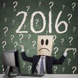 Uomo confuso con il punto interrogativo ed i numeri 2016 Immagini Stock