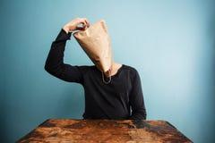 Uomo confuso con la borsa sopraelevata Fotografia Stock Libera da Diritti
