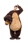 Uomo confuso in costume dell'orso che graffia il suo capo Immagine Stock Libera da Diritti
