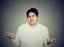 Uomo confuso incerto che scrolla le spalle le spalle Fotografia Stock