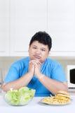 Uomo confuso per scegliere pasto Fotografie Stock