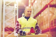 Uomo in contenitore di imballaggio della maglia di sicurezza al magazzino Fotografie Stock