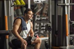 Uomo contentissimo ottimista che riposa dopo un allenamento intensivo Immagini Stock Libere da Diritti