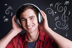 Uomo contentissimo positivo che ascolta la musica immagini stock