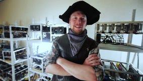 Uomo contento che lavora all'azienda agricola di estrazione mineraria video d archivio