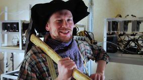 Uomo contento che posa all'azienda agricola di estrazione mineraria con il piccone archivi video