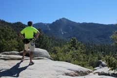 Uomo contro la montagna Fotografia Stock