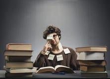Uomo coperto nelle note appiccicose, studianti Immagini Stock