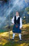 Uomo coraggioso in costume scozzese con la spada Fotografia Stock Libera da Diritti
