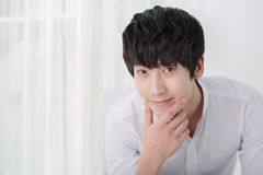Uomo coreano sorridente Fotografia Stock Libera da Diritti