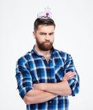 Uomo in corona della regina che sta con le armi piegate Immagini Stock