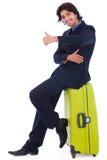 Uomo corporativo che si siede sopra i bagagli Fotografie Stock Libere da Diritti