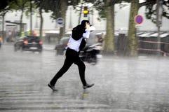 Uomo corrente nella pioggia Immagini Stock Libere da Diritti