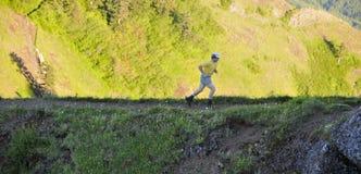 Uomo corrente sulla traccia di montagna Fotografia Stock Libera da Diritti