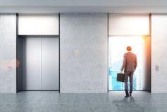 Uomo, corridoio dell'elevatore, città Immagine Stock