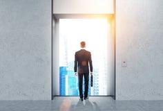 Uomo, corridoio dell'elevatore, città soleggiata Fotografia Stock Libera da Diritti