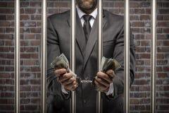 Uomo corrotto che tiene le fatture di soldi fotografia stock