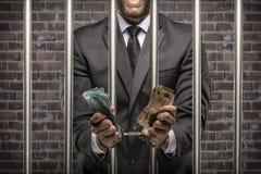 Uomo corrotto che tiene le fatture di soldi immagini stock libere da diritti