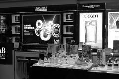 Uomo cosmetic counter black and white image Royalty Free Stock Photo