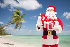 Uomo in costume del Babbo Natale con i contenitori di regalo Fotografia Stock Libera da Diritti