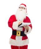 Uomo in costume del Babbo Natale con il blocco note Fotografia Stock Libera da Diritti