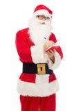 Uomo in costume del Babbo Natale con il blocco note Fotografia Stock