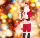 Uomo in costume del Babbo Natale con il contenitore di regalo Immagini Stock Libere da Diritti