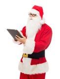 Uomo in costume del Babbo Natale con il pc della compressa Fotografie Stock Libere da Diritti